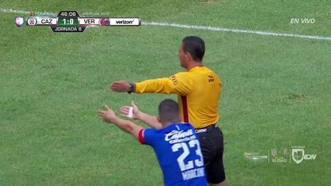 Gerardo Flores despeja el balón y aleja el peligro
