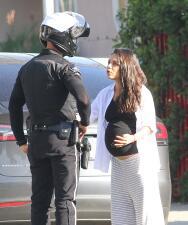 Mila Kunis discute con un policía