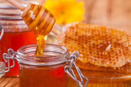 La miel es un ingrediente básico en varios rituales de amor, ya que se trata de 'endulzar' a la persona, para que se sienta más tranquila, calmada o, en este caso, sienta la dulzura de nuestro amor.