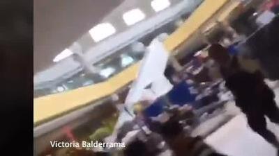 Momentos en que personas son desalojadas de un comercio luego del tiroteo en El Paso, Texas