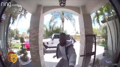 Lo acusan de robar una tarjeta de crédito del correo de alguien y gastar casi 2,500 dólares