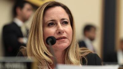 """Al trabajar por el país en el Congreso, """"lo más difícil es dejar a mis hijos"""", dice Debbie Mucarsel-Powell"""
