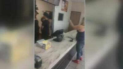 Dos mujeres fueron captadas en video golpeando a las empleadas de un restaurante Burger King en el suroeste de Miami-Dade