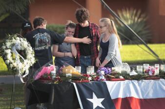 Texas llora a las víctimas del tiroteo provocado por un estudiante en la secundaria Santa Fe