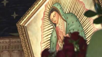 Feligreses le cantan las mañanitas a la Virgen de Guadalupe en la iglesia de Santa Elizabeth en Oakland