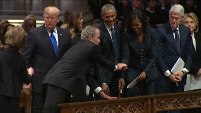 George W. Bush le pasa algo a Michelle Obama en el funeral de su padre (y vuelven a hacerse virales)