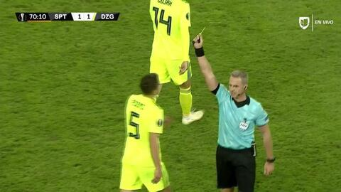 Tarjeta amarilla. El árbitro amonesta a Arijan Ademi de Dinamo Zagreb