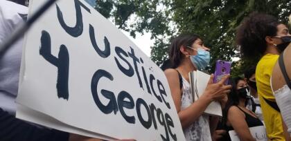 """El controversial arresto del afroestadounidense George Floyd, y su posterior muerte mientras se encontraba bajo custodia policial en Minneapolis, Minnessota, ha desencadenado  <b>una serie de manifestaciones, protestas y marchas, las que la mayoría ha terminado con <a href=""""https://www.univision.com/shows/despierta-america/robar-no-tiene-nada-que-ver-con-la-justicia-alcalde-de-los-angeles-justifica-toque-de-queda-video"""">disturbios, saqueos y múltiples destrozos al mobiliario urbano. </a></b>"""
