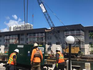 Así fue la caída de la grúa que destrozó el techo de un edificio en Miami