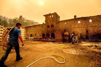 """Uno de los viñedos con más fama en todo el Valle de Napa sufrió cuantiosos daños en sus instalaciones. También conocido como """"El Castillo"""", el viñedo Castello di Amorosa perdió varios edificios y bodegas a causa del incendio Glass."""