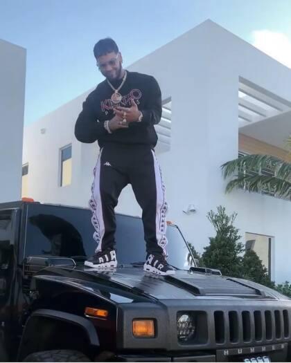 <b>Hummer H2</b> <br> <br>La Hummer H2 es uno de los vehículos más populares entre los artistas de géneros como el Rap, Hip-Hop y Reggaeton. Y por supuesto, Anuel AA, como uno de los exponentes de la música latina, no podía quedarse atrás. Se dice que esta unidad la adquirió de su amigo Farruko, con quien comparte la misma pasión por los carros.  <br>