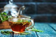 También puedes mezclar un poco de té de romero con tu champú para una melena más limpia y mejores resultados.