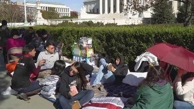 Dreamers y activistas acampan afuera de la Corte Suprema de Justicia para asistir a la audiencia de DACA