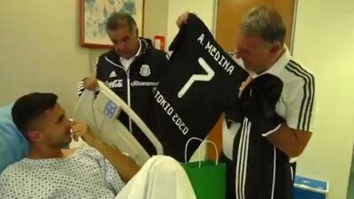 El Tri visita a Alan Medina en el hospital