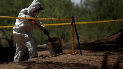 Extraen 119 bolsas con restos humanos de una fosa clandestina en México