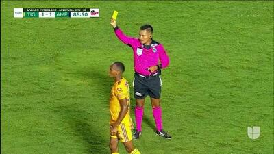 Tarjeta amarilla. El árbitro amonesta a Fernando González de América