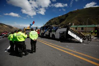 En fotos: colombianos y venezolanos entre las 24 víctimas del accidente de autobús en Ecuador