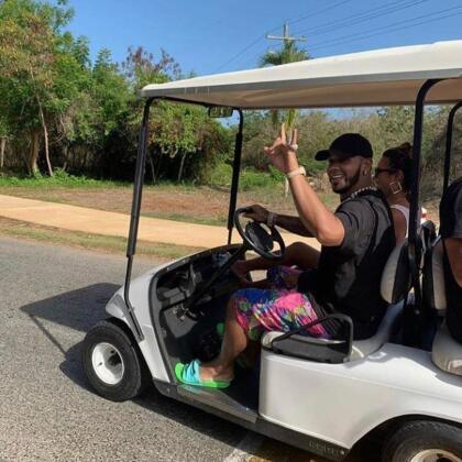 Y aunque todo apunta que Anuel AA siempre busca lo excéntrico, es cierto que hay ocasiones que la felicidad la encuentra en lo sencillo, por ejemplo, cuando le toca manejar el carrito de golf.