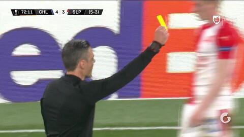 Tarjeta amarilla. El árbitro amonesta a Ondrej Kudela de Slavia Prague