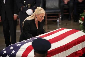 Un año de la muerte de John McCain: las fotos más emotivas del adiós al 'republicano rebelde' que desafió a Trump