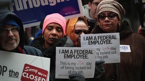 Sindicatos piden a los empleados afectados por el cierre del gobierno que participen en protestas