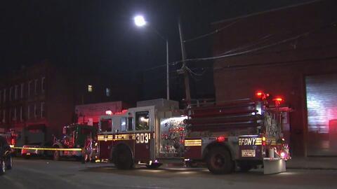 Voraz incendio en un edificio de Queens cobra la vida de una persona y deja un anciano gravemente herido