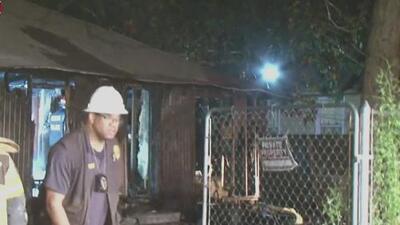Incendio consume por completo una casa abandonada en Houston