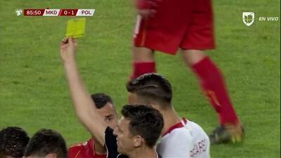 Tarjeta amarilla. El árbitro amonesta a Ilija Nestorovski de North Macedonia