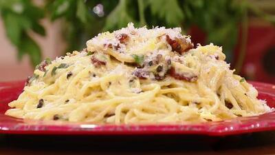 El olor de la pasta, ajo y tocino de este exquisito espagueti a la carbonara te hará agua la boca