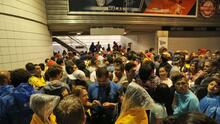 Fanáticos de Colombia y Chile se resguardan del clima en el Soldier Field tras posponerse el partido temporalmente
