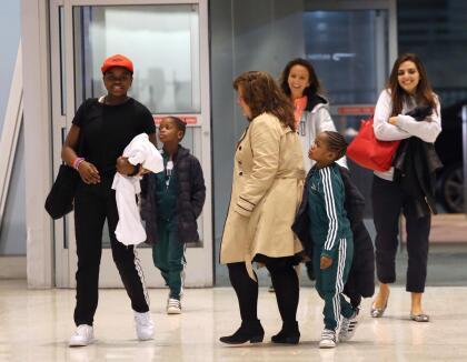 Los hijos de la cantante y un grupo de asistentes, se unieron a ella en el transcurso de su odisea por los controles de seguridad.