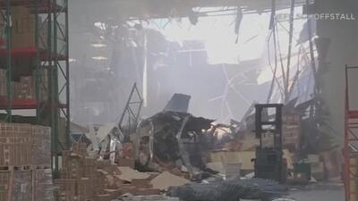"""""""¡Un avión militar en nuestro almacén!"""":  testigos del accidente en Riverside narran el susto que se llevaron"""