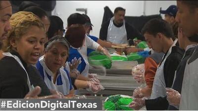 Voluntarios ayudan con la preparación de la cena de Acción de Gracias de Raúl Jiménez