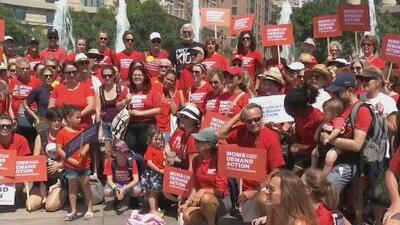 De costa a costa: miles de personas marchan en 50 estados del país para pedir mayor control en la venta de armas