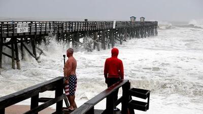 Dorian baja a huracán de categoría 2 antes de llegar a Carolina del Norte, pero el peligro sigue latente