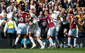 En fotos: empate y bronca en el juego de Leeds United y Aston Villa
