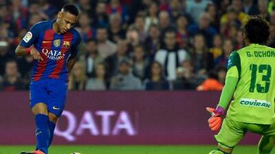Pese a caer en Barcelona, Ochoa tiene la fórmula contra Neymar