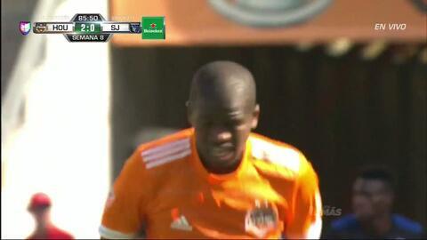 Uyy!! Casi gol. Juan Cabezas patea y da en el arco