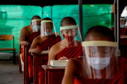 """<b>Aspirantes a monjes protegidos.</b> Un grupo jóvenes aspirantes a monjes budistas reciben clases con máscaras y tapabocas en una escuela religiosa en Bangkok, Tailandia, el 15 de abril de 2020.  <a href=""""https://www.univision.com/noticias/salud/mapa-actualizado-del-coronavirus-cifras-de-casos-confirmados-y-fallecidos""""><u>Vea aquí nuestro mapa actualizado del coronavirus: cifras de casos confirmados y fallecidos</u></a>"""