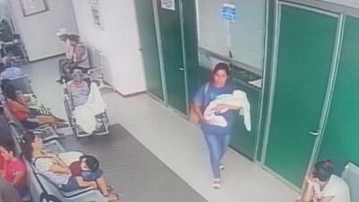 En video: Una desconocida sale del hospital cargando un recién nacido que no es suyo