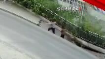 El momento en que dos personas caen a una cloaca cuando el piso se derrumba