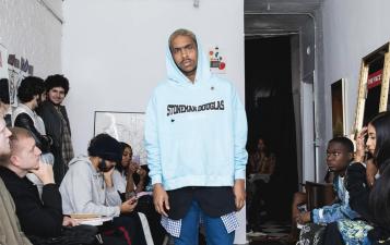 Estos suéteres causaron polémica con diseños alusivos a los tiroteos masivos en escuelas de EEUU