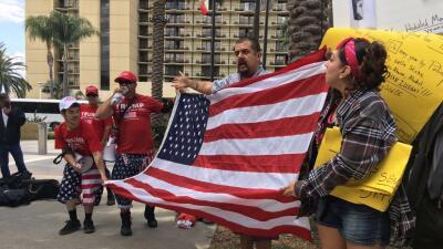 La bandera de EEUU une a manifestantes pro y anti-Trump en California