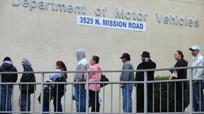 Gavin Newsom propone plan para modernizar el DMV en California
