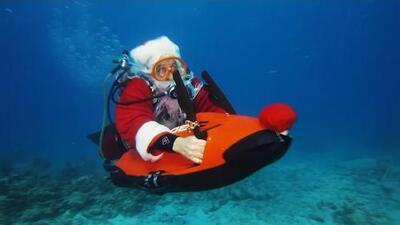 Santa se sumerge en las aguas de Florida por una buena causa
