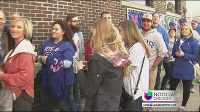 Fanáticos de los Cubs buscan boletos para el sexto juego