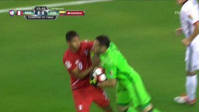 David Ospina Ramirez despeja el balón y aleja el peligro