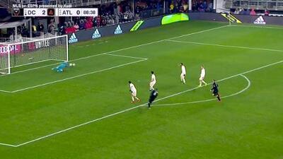 Wayne Rooney burla a dos defensas, Ulises Segura le pega y Guzan evita el gol con sublime estirada