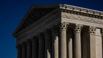En un minuto: La Corte Suprema bloquea las restricciones por coronavirus en servicios religiosos en Nueva York