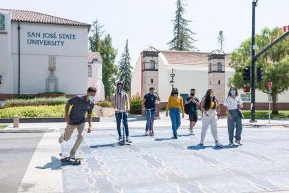 <b>Universidad Estatal de California, San José (24º a nivel nacional)</b> <br> <b>Costo estimado anual sin ayuda financiera: </b>$30,100 <br> <b>Costo estimado anual con ayuda financiera: </b>$15,200 <br> <b>% estudiantes obtienen becas: </b>62% <br> <b>% graduación:</b> 65% <br> <b>Salario promedio anual estimado:</b> $60,600